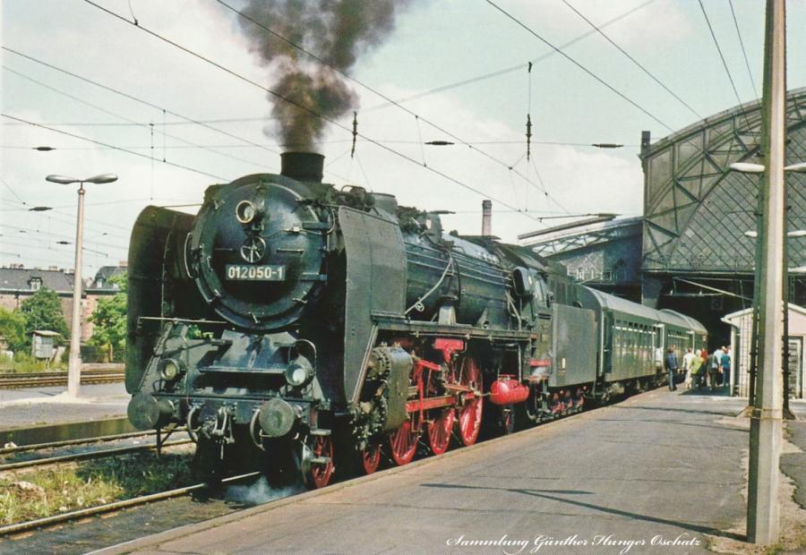 Schnellzugdampflokomotive 01 2050 mit D-Zug 1274 in Dresden-Neustadt