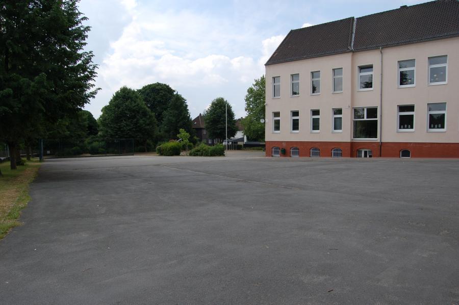 Schulhof alt 002