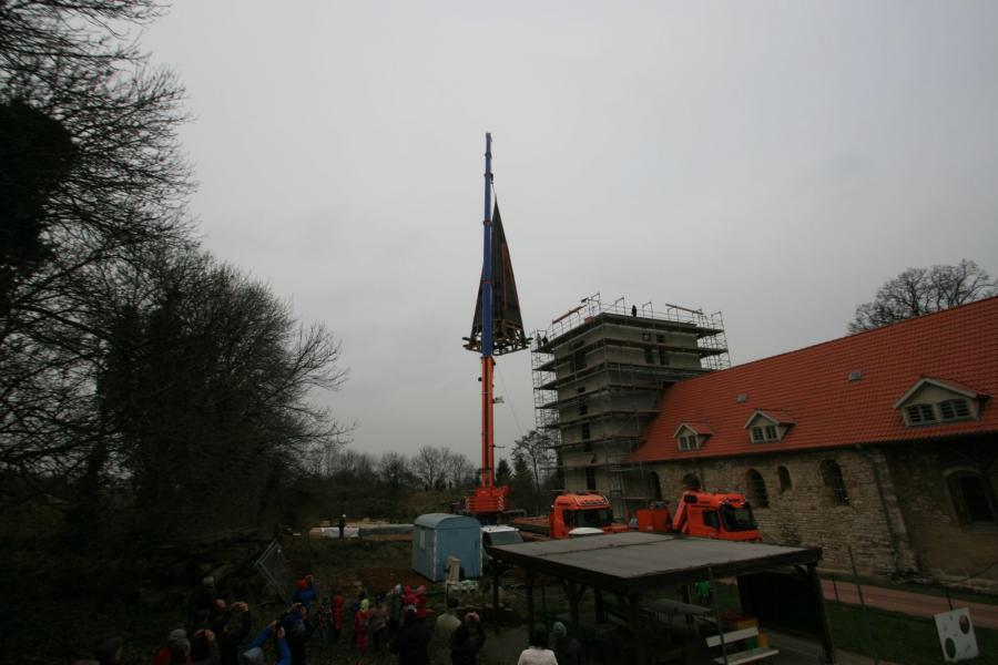 Turmhaube wird aufgesetzt