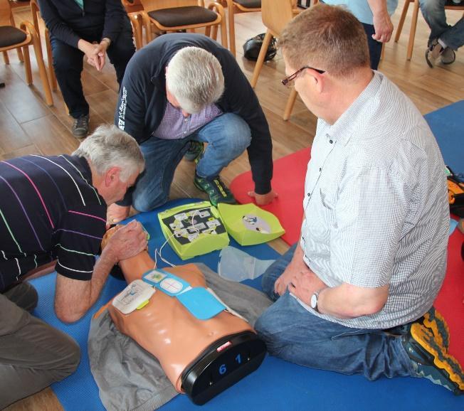 Anwendung eines Notfall Defibrillators