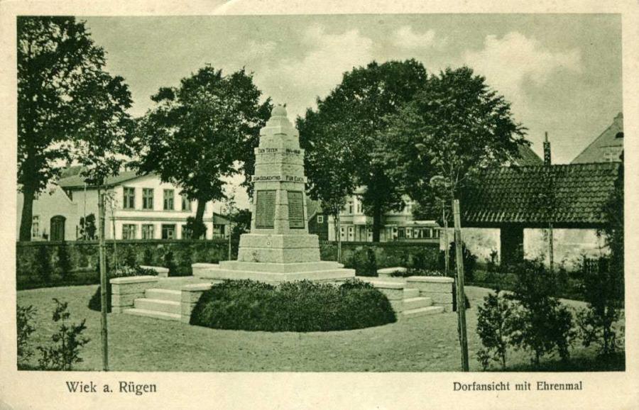 Wiek Dorfansicht mit Denkmal
