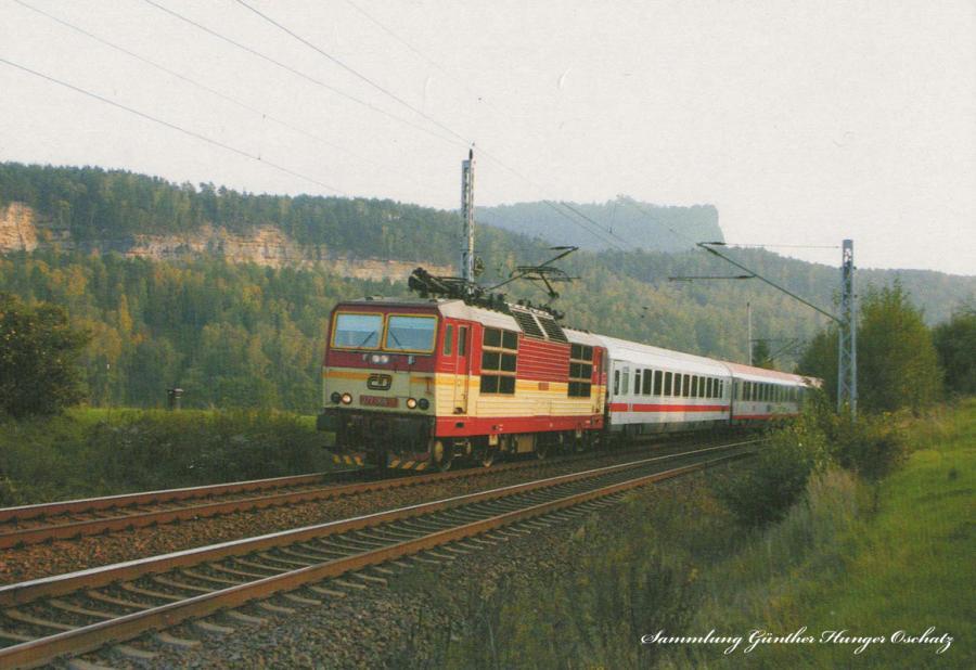 Zweisystemelektrolok 372 006 der CD  mit Reisezug im Elbtal vor Kurort Rathen