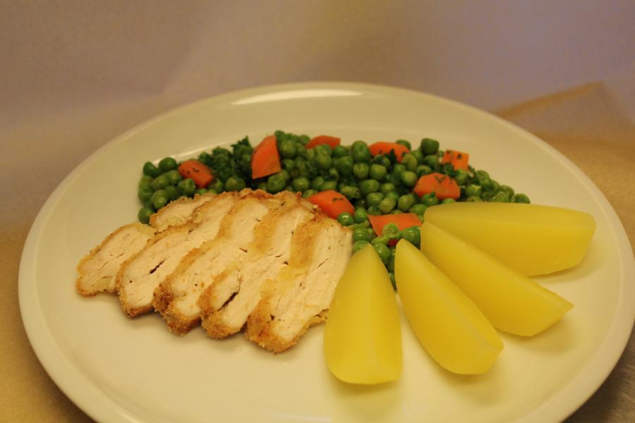 Hähnchenschnitzel mit Kartoffeln, Erbsen und Wurzeln