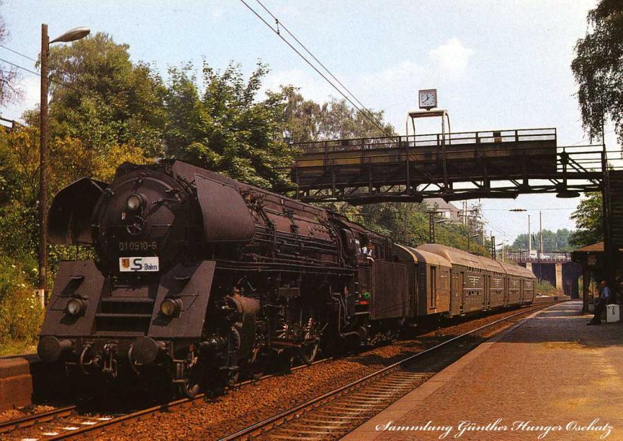 Schnellzuglokomotive 01 0510 mit Personenzug im S-Bahnfahrplan