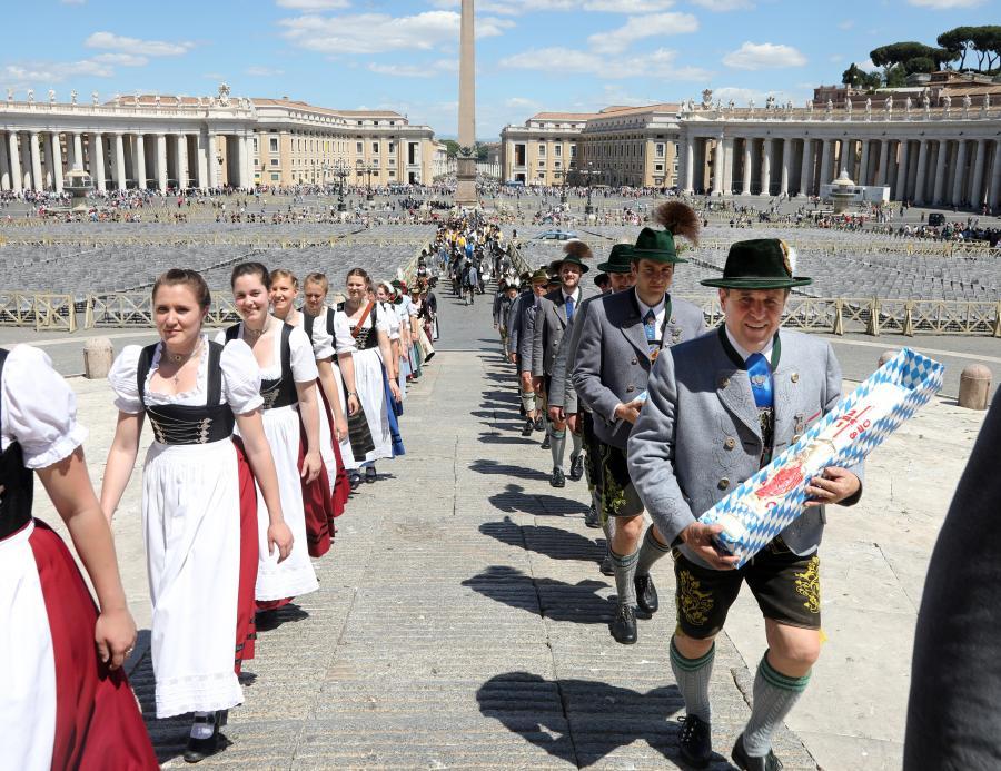 Einzug in den Petersdom