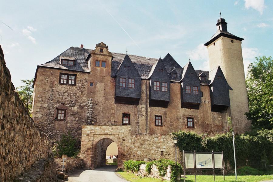 Blick zur romantischen Burganlage