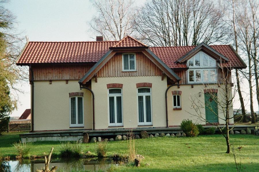 saniertes Bahnhofsgebäude, Gartenansicht