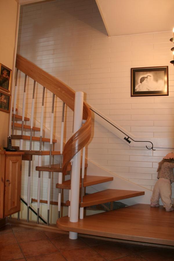 freitragende Treppe mit Wandwange und Antrittspodest aus Eiche