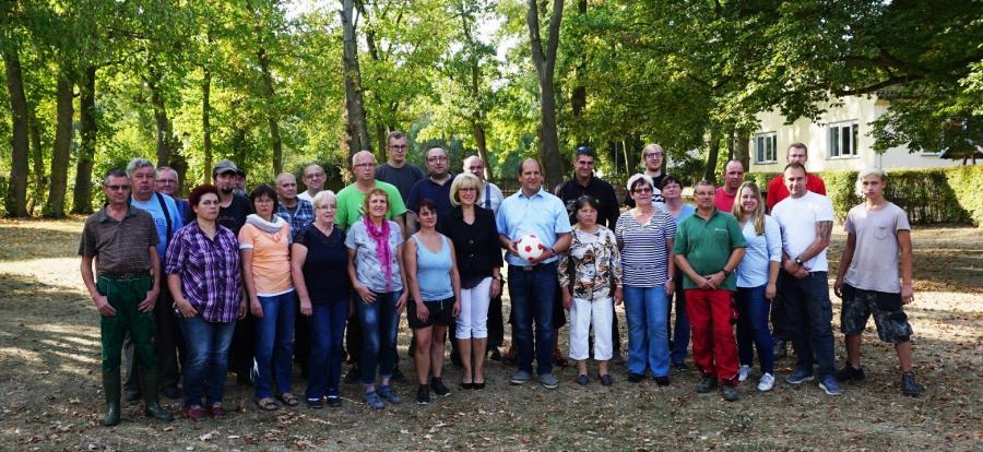 Landrätin Kornelia Wehlan mit Mitarbeitern des AWO-Guts Kemlitz