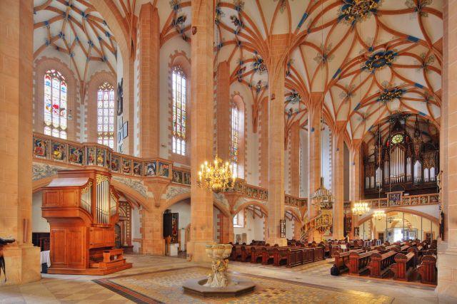 Blick auf Orgel und Kanzel