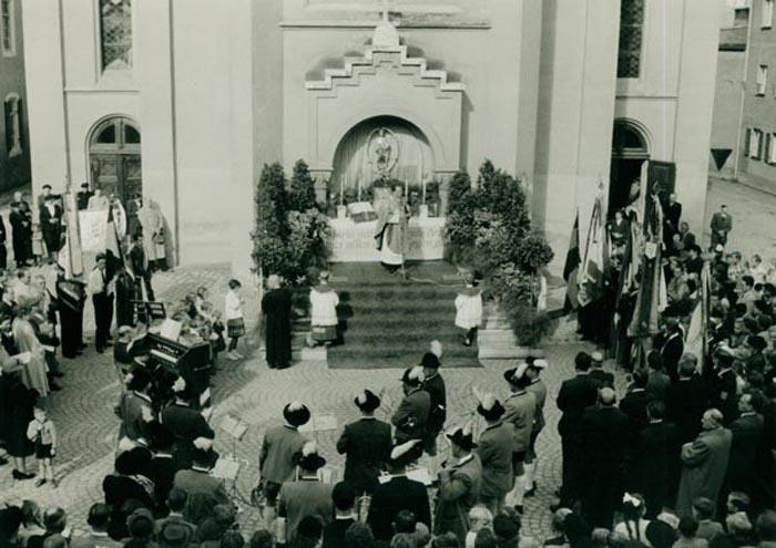 Stadtpfarrer Schmid zelebrierte am nächsten Tag die Hl. Messe vor der Liebfrauenkirche