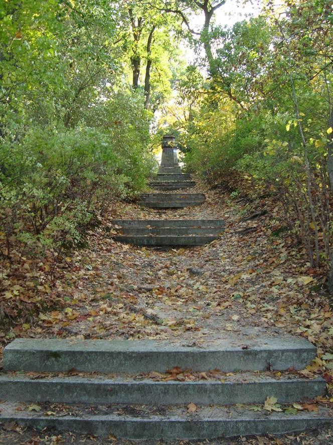 Treppenanlage zum Denkmal 2010