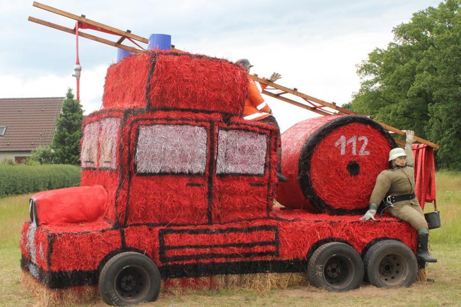 eine Feuerwehr aus Stroh zum Dorffest im Jahre 2013