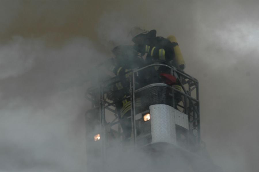 Einsatz unserer Atemschutzgeräteträger im dichten Rauch auf der Elmshorner Drehleiter bei einem Wohnhausbrand