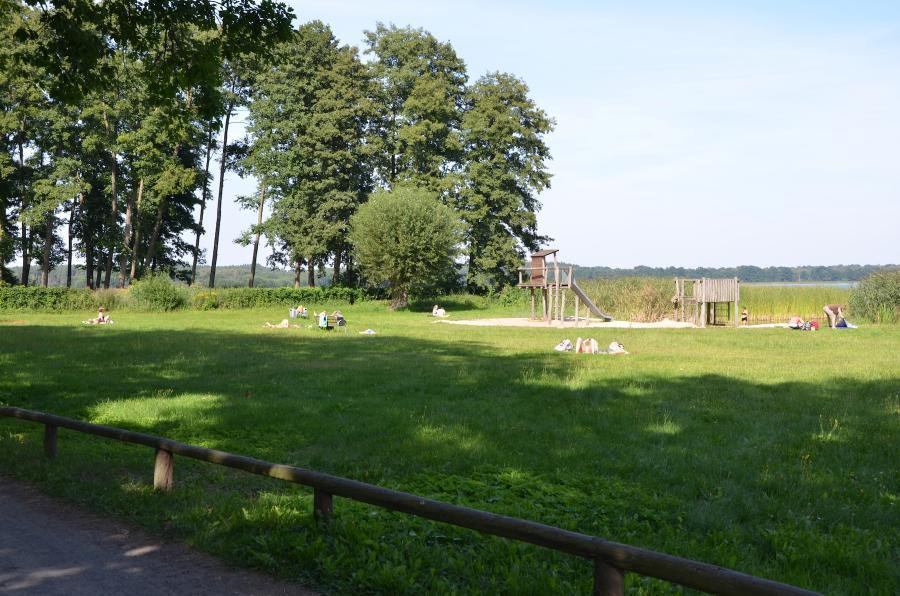 Liegewiese Grimnitzsee - unterhalb des alten Burggeländes