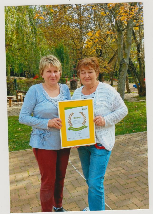 Stolz halten die Erzieherinnen Heidi und Christine die Urkunde in den Händen.