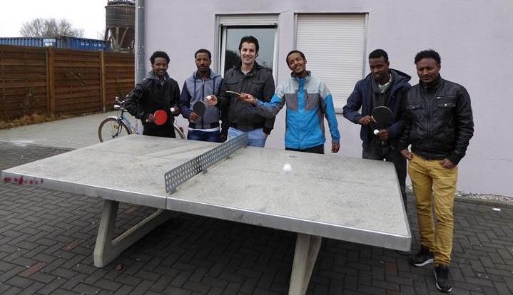 Treffpunkt: Die Tischtennisplatte im Hof der Unterkunft in der Dörnigheimer Neckarstraße ist beliebt.