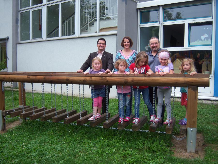Sonnenbergkinder auf ihrer neuen Hängebrücke