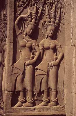 Das Foto zeigt ein Relief mit Tänzerinnen in Angkor Wat