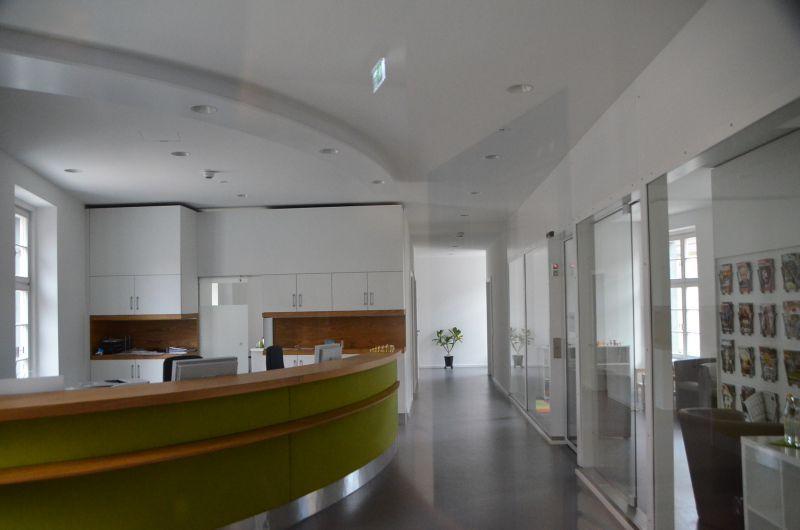 Eingangsbereich der Arztpraxis im OG des Südflügels