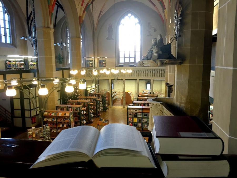 Blick in die ehem. Klosterkirche vom Mönchenkloster, heutiges Kulturquartier mit Stadtbibliothek