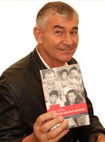Shay Cullen mit seiner Biografie (Bild von dwp)