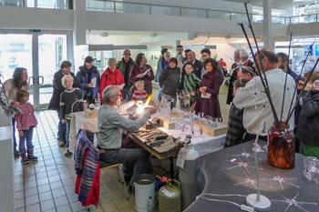 Der Glasbläser wird von den Besuchern belagert