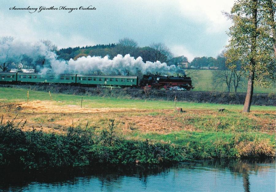 Museumsdampflokomotive 62 015 ist mit einem Sonderzug entlang der Weißen Elster unterwegs