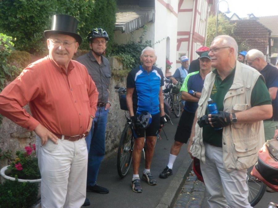 2.  Einen Einblick in lebendige Stadtgeschichte gibt Rolf Lutz vor dem Stammheimer Schloss