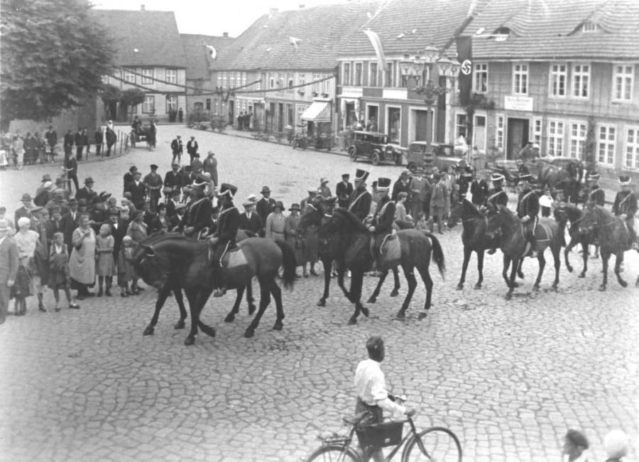 Reitergruppe in Husarenuniform