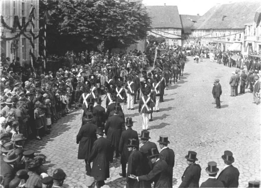 Bürgergarde und Kriegerverein (im Vordergrund)