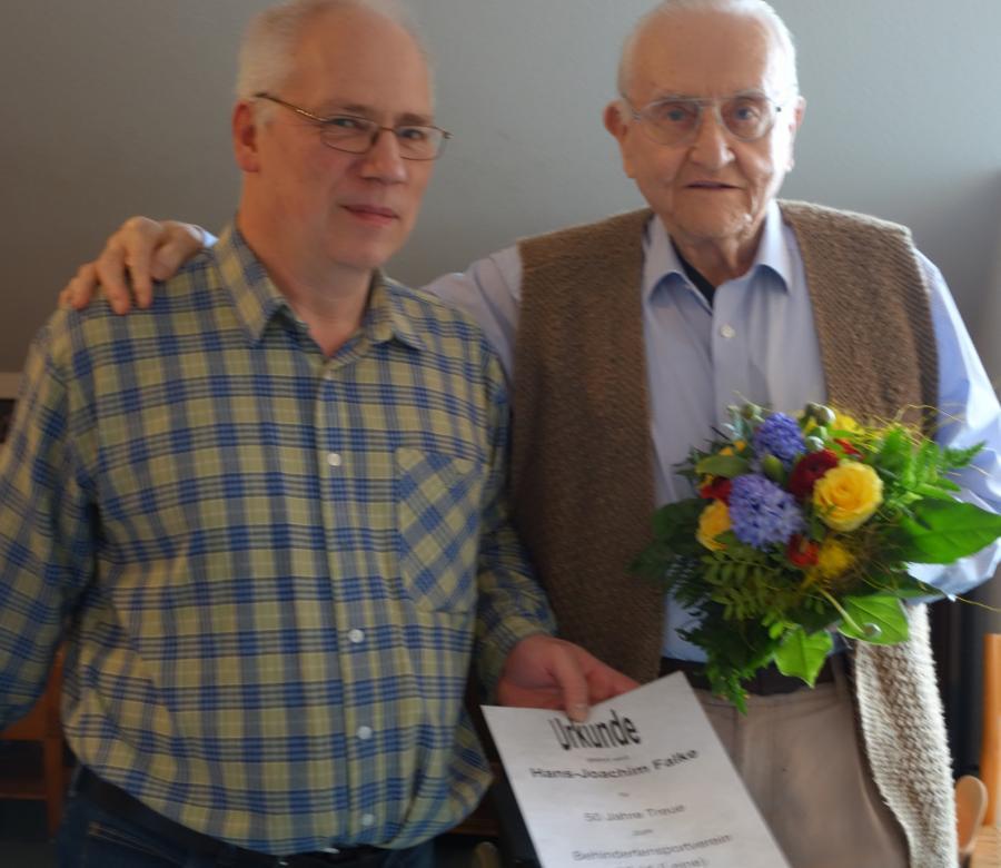 Übergabe der Urkunde an Hans-Joachim Falke
