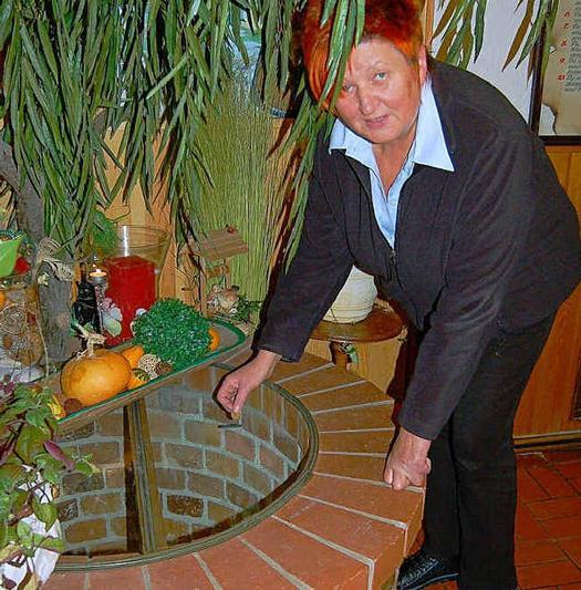 Gisela Herzog wirft eine Münze in den Brunnen. Foto: Marion Hirche Foto: Marion Hirche