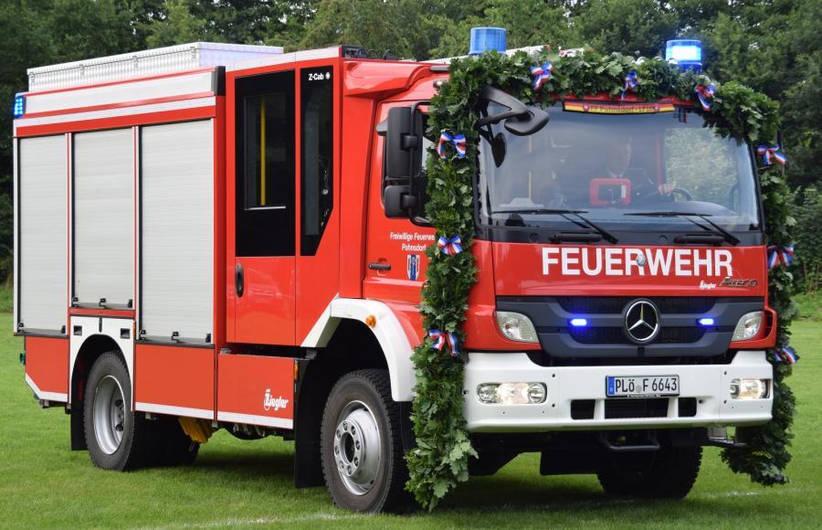 Geschmücktes LF 10 anläßlich der Fahrzeugübergabe am 23. Juli 2016