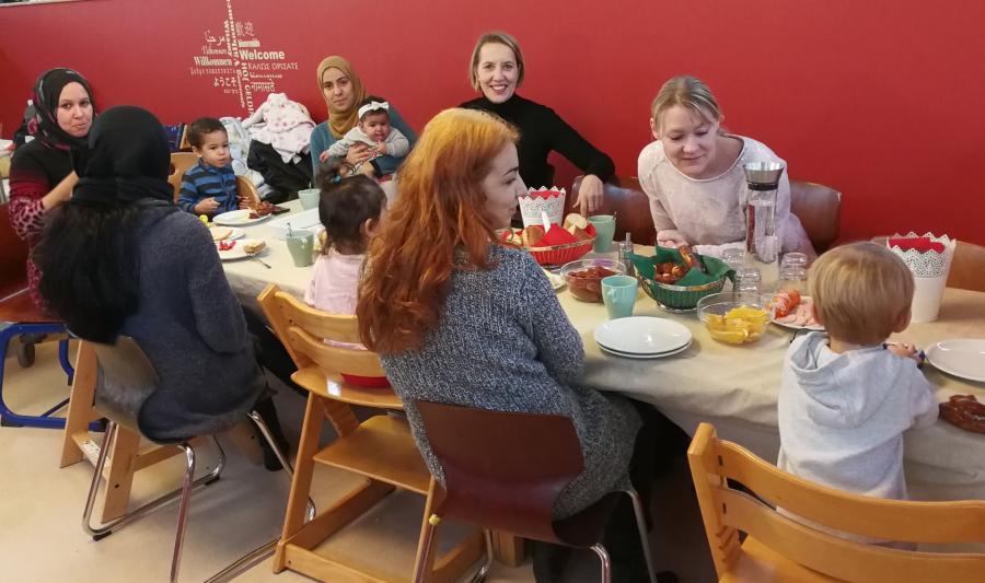 Bild zeigt Eltern und Kinder im Elterncafé beim Frühstück; Foto: Stadt Maintal