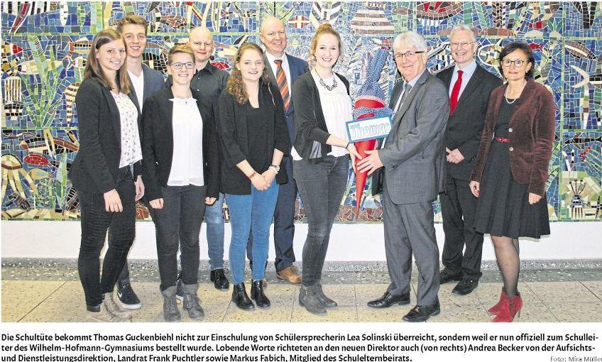 Herr Guckenbiehl mit der Schülervertretung, Frau Andrea Becker von der ADD, Herrn Landrat Frank Puchtler und dem Elternvertreter, Herrn Markus Fabich