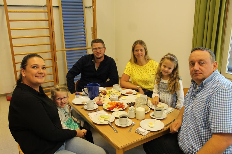 Gesundes Frühstück mit den Eltern
