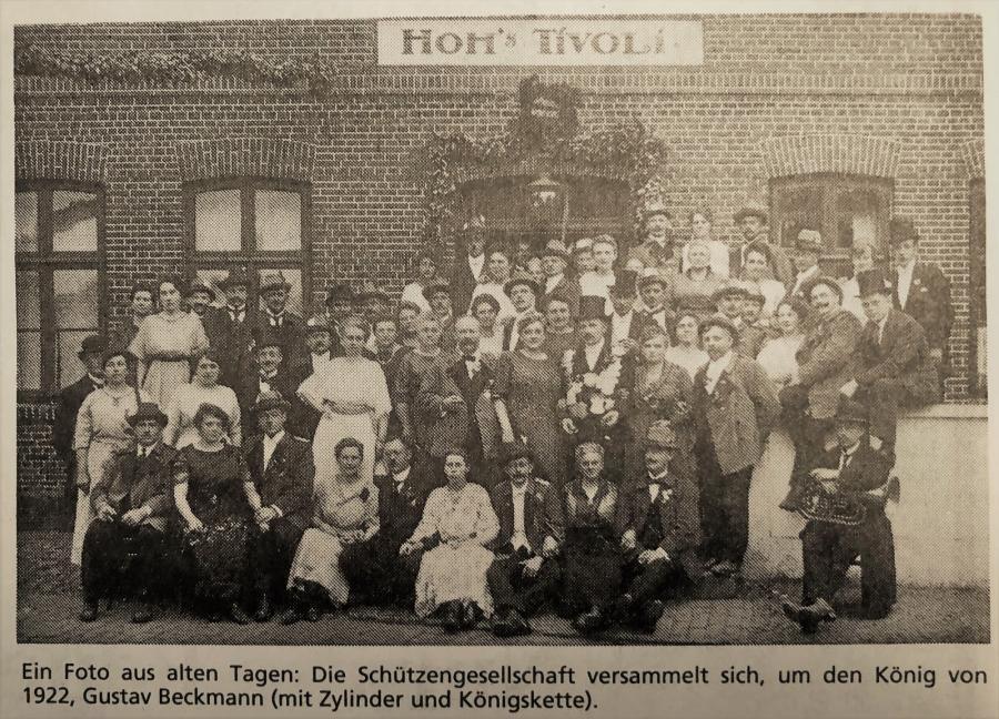 1922-Schützenkönig Gustav Beckmann mit Schützengesellschaft