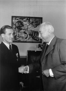 1951 Verleihung erstes Verdienstkreuz der Bundesrepublik Deutschland an Franz Brandl durch Bundespräsident Theodor Heuss
