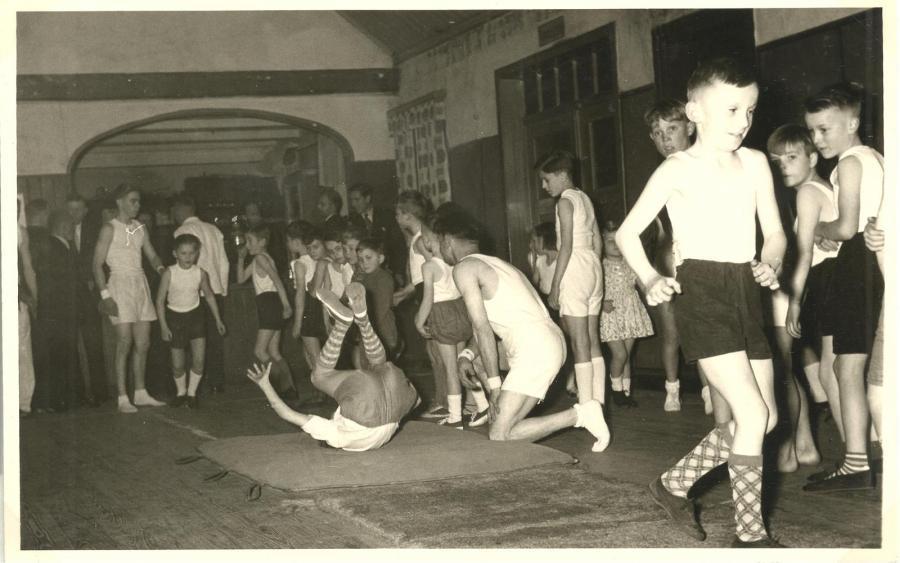 """Schauturnen auf dem Saal im Vereinslokal Gasthaus """"Zum Markt"""" (1956)"""
