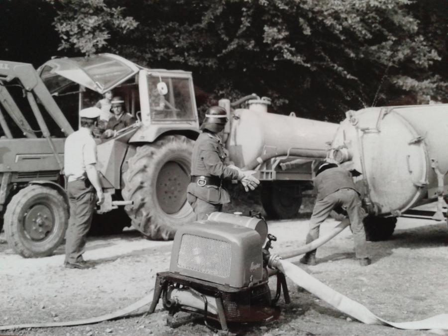 1977 Waldbrand Wasserversorgung mit Güllewagen 1