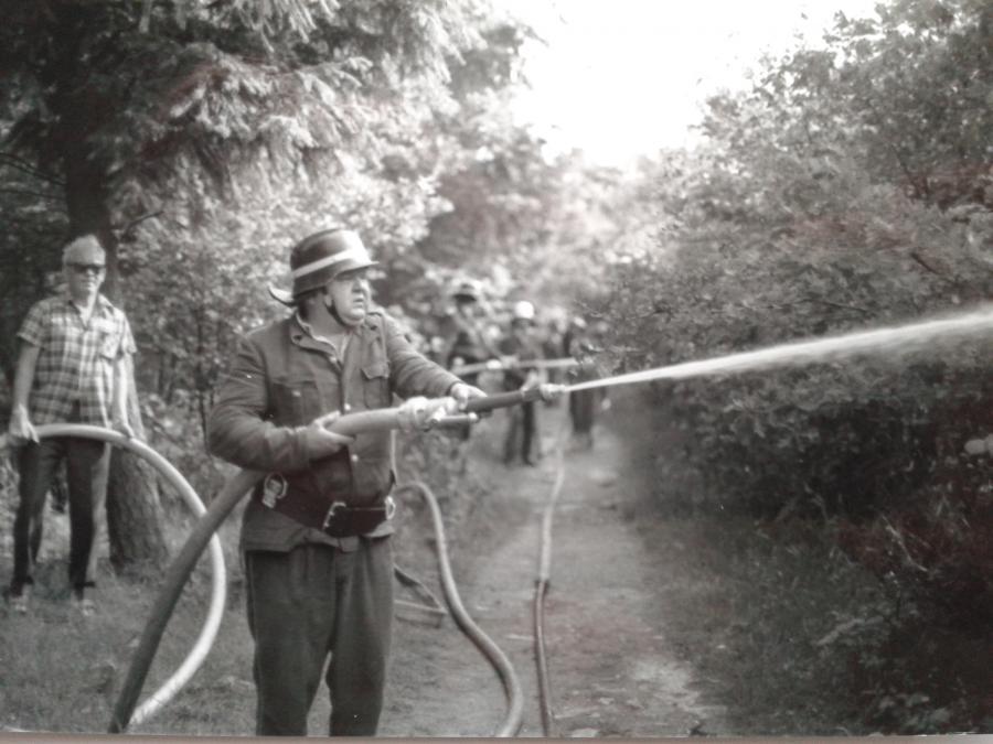 1977 Waldbrand Wasserversorgung mit Güllewagen 3