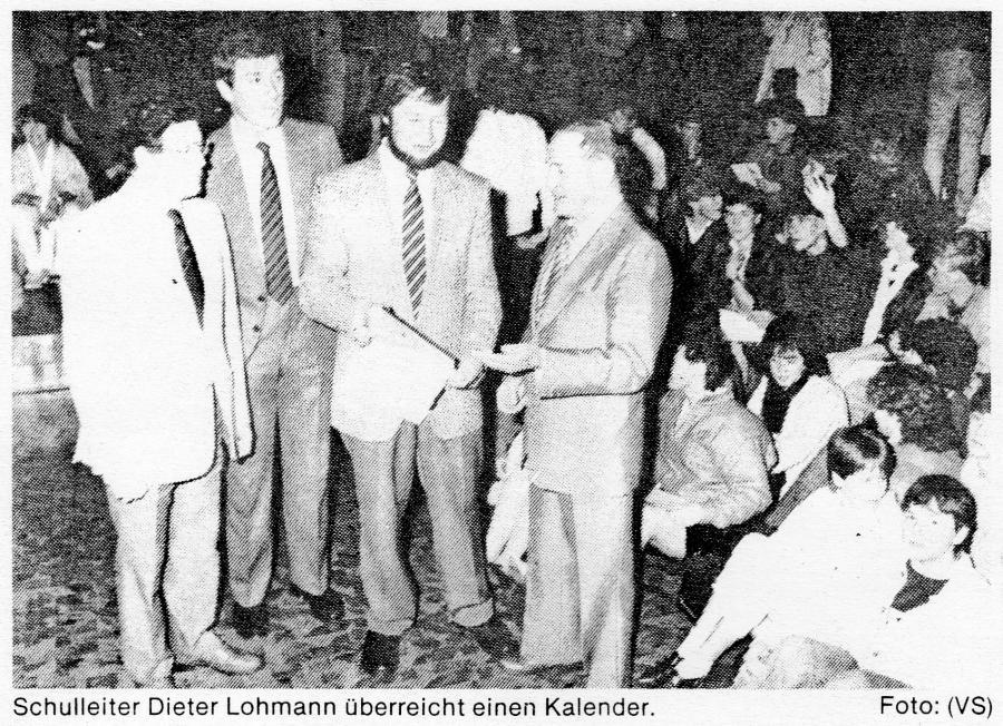 Schulleiter Dieter Lohmann überreicht einen Kalender
