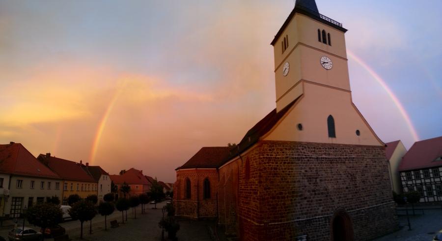 Stadtpfarrkirche Beelitz unterm Regenbogen