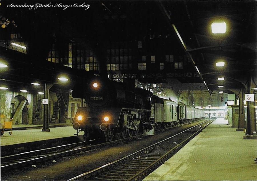 Schnellzugdampflokomotive 03 2278 steht mit einem abendlichen Personenzug vor der Halle des Dresdner Hauptbahnhofes