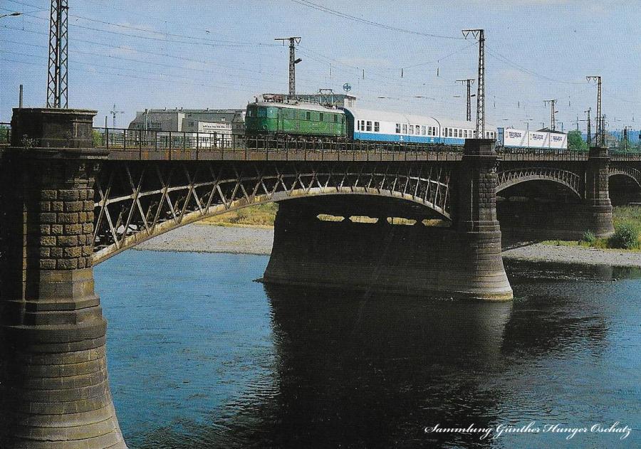 Altbau-Elektrolok 218 019  befährt mit einem Meßzug die Elbbrücke bei Dresden-Neustadt