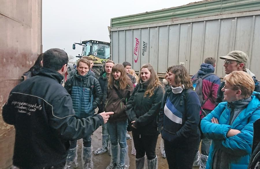 Vor dem Ziegenstall der Agragenossenschaft Altenburger Land