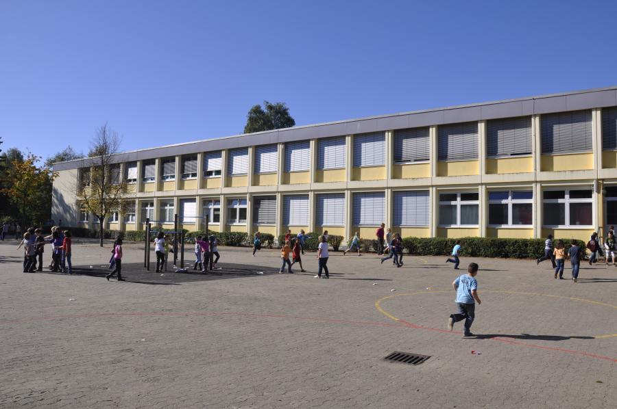 Schulgebäude & Schulhof