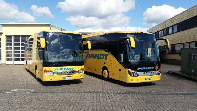 Zwei Busse