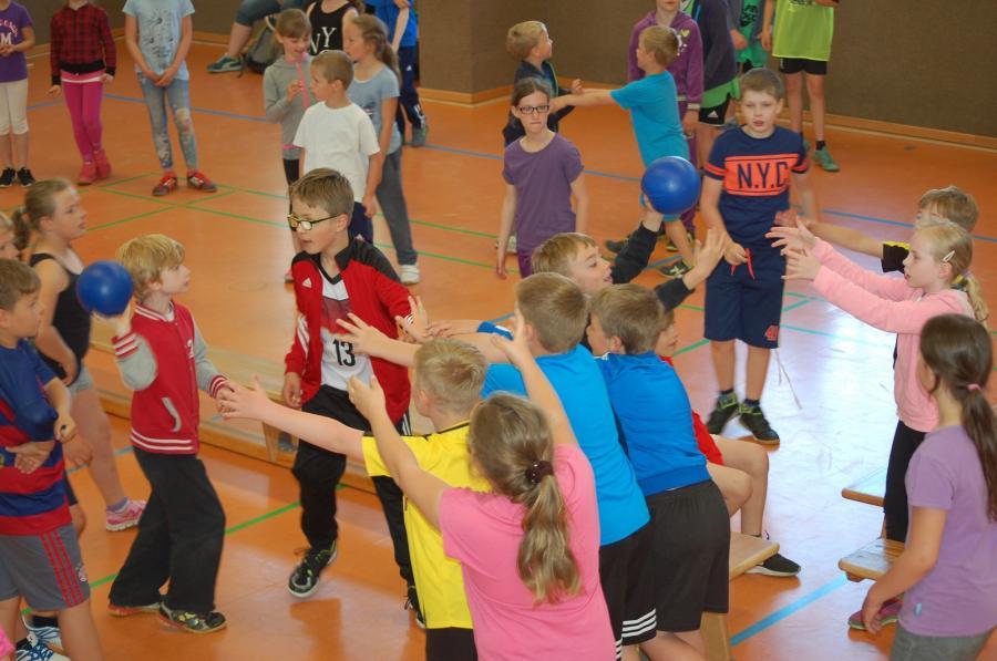 Hier zählt Teamgeist! Eines unserer vielen Spiele in der Halle.